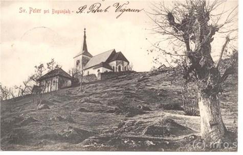Inv. številka: MRO; MM-0000081 Razglednica: Begunje na Gorenjskem 1 Sprednja stran: na črnobeli razglednici je upodobljena cerkev sv. Petra in mežnarija, na desni strani je drevo. Rdeč napis levo zgoraj: Sv. Peter pri Begunjah, poleg njega s črno ročno izpisano: St. Peter b. Vigaun; Zadnja stran: besedilo v stenografski pisavi, naslovnik, znamka in dva žiga
