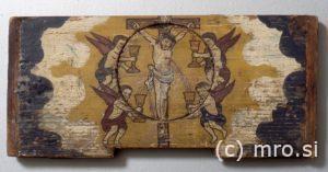 Poslikana panjska končnica. Kristus na križu in angeli.